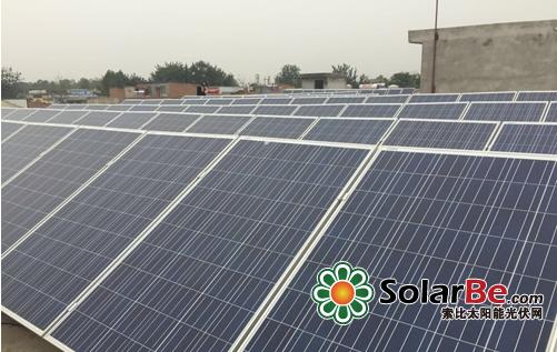 屋顶安装了太阳能光伏板成小型发电厂