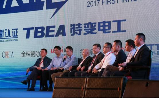 近两年,光伏应用模式的创新,离不开整个光伏全产业链的通力合作,各大企业在市场的压力和内生的动力引导下,都展现了各自的卓越水准,领跑者项目不仅需要单一环节的完美,更需要实现系统级领跑。2017年5月11日上午,中国电科院主任张军军在2017首届创新领跑解决方案研讨会上,就此问题,与来自光伏界各机构与企业的领导展开了对话,共同探讨山地、水光、农光、沉陷区等领跑者基地地形条件下的设计施工与零部件选型。   通威新能源在光伏制造业和光伏应用领域拥有丰富的经验和技术积累,是渔光一体领域的标杆企业。通威新能源总经理姜
