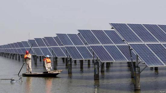 ▲江苏省连云港一座池塘内的太阳能电池板(路透社)
