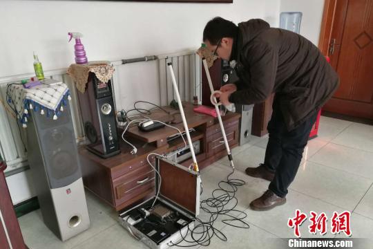 国家电网技术人员在在河北省涞水县南郭下村的分布式光伏扶贫电站研发5G技术传输。 赵明 摄