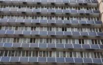 北交大一宿舍楼外墙爬满太阳能板