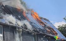"""德国一处民宅太阳能板屋顶起火 整个屋顶烧成""""骨架"""""""