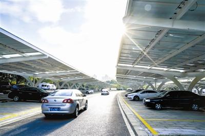 江苏无锡停车场启用光伏发电 日发电量达6000度