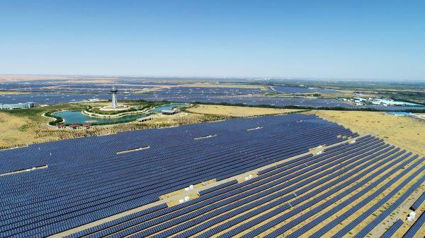 宁夏中卫市沙漠光伏产业园光伏电站(9月7日无人机拍摄)。