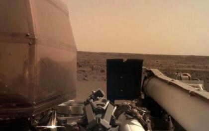 """""""洞察""""号展开太阳能电池板,发回壮观的火星照片"""