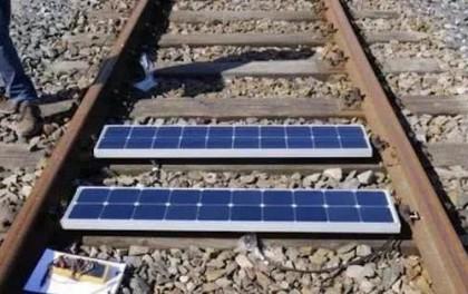 英国将光伏电站连到铁路上!