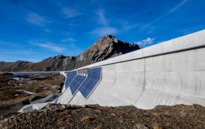 海拔近2500米 阿尔卑斯山水坝上的垂直光伏电站